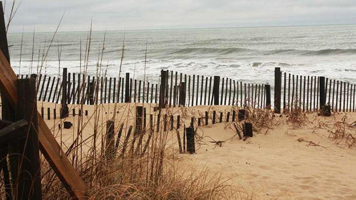 Padre fallece tras salvar a hija de oleaje en costa de NC