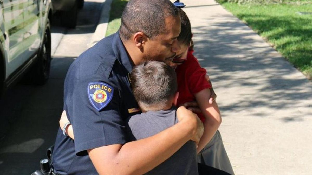 Police chief visits girl who offered allowance to grieving officers
