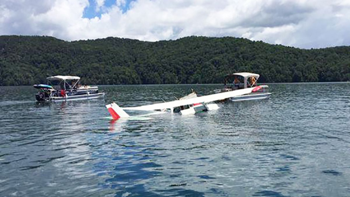 Boaters rescue 2 after plane crashes in South Carolina lake
