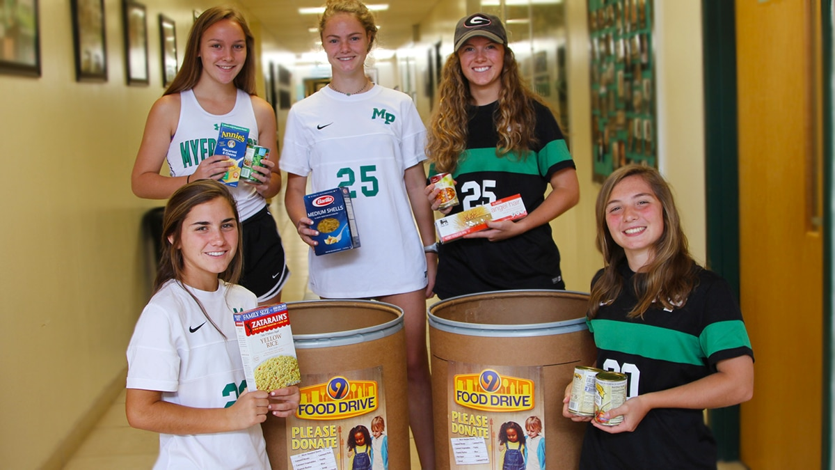 1,136 pounds of food donated in one hour in 9 Food Drive.