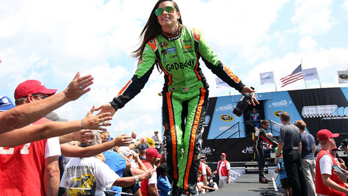 Danica Patrick stays with SHR; new sponsor Nature's Bakery